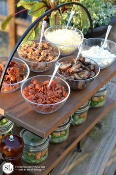 Outdoor Wine and Pizza Bar Party - bystephanielynn Pizza Bar Party, Party Food Bars, Party Salads, Salad Bar Party, Wine And Pizza, Outdoor Dinner Parties, Grilled Pizza, Food Presentation, Healthy