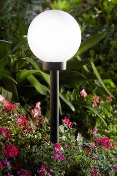 Pour illuminer son jardin dans la nuit, on opte pour une boule solaire pour la touche de modernité.  #castorama #inspiration #decoration #ideedeco #tendancedeco #jardin #exterieur #amenagement #lumiere #boule #solaire #plantes #vegetal #terrasse
