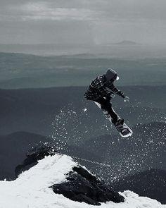Black and white. #snowboardingseason #snowboardingtime