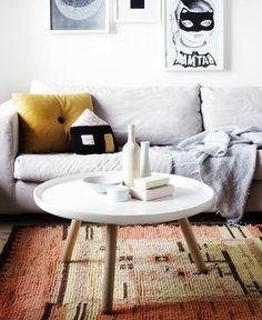 table basse ronde blanche, sofa gris, coussins décoratifs