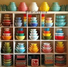 Vintage Kitchen Cozy Little House: How To Put Collections On Display - Most people have a collection of something they prize. But how do they display them for optimum exposure. I'll show you how to make the most of yours. Pyrex Vintage, Vintage Kitchenware, Vintage Dishes, Vintage Glassware, Vintage Bowls, Antique Dishes, Vintage Tins, Antique Glass, Pyrex Display