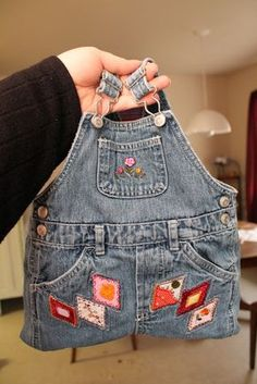 Omg this is just too cute!! Overalls turned into a purse!! So doing for my lil miss!!