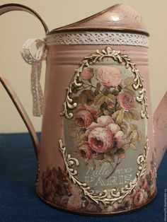 Primeiro limpe e arrume a sua casa para depois vir bisbilhotar a minha. Painted Milk Cans, Painted Mason Jars, Altered Tins, Altered Bottles, Wine Bottle Crafts, Bottle Art, Vintage Shabby Chic, Vintage Roses, Decoupage Art