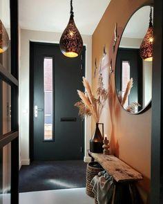 Inspiratie en ideeën voor een kleine gang | Huizedop Home Hall Design, Home Interior Design, Interior Decorating, House Design, Hall Interior, Houses Architecture, Flur Design, House Entrance, Home Decor Inspiration