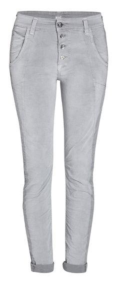 Die Laxy von MAC strahlt pure Lässigkeit aus. Der Style wird geprägt durch den tief sitzenden Schritt und die offene Knopfleiste. Die Hose sorgt für eine coole Loose-Fit-Silhouette und ist super bequem zu tragen.