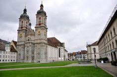 Abadía de Saint Gall (Suiza). Ha sufrido profundas modificaciones desde el siglo VIII, pero aún conserva el doble ábside, orientado a occidente el principal y otro hacia oriente.