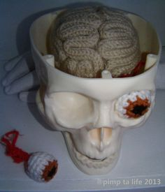 creative! crochet brain and eyeball, set inside a skull. #crochet  #knithacker #halloween