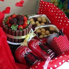 festa na caixa para namorado Birthday Surprise Husband, Cute Birthday Gift, Cute Valentines Day Gifts, Valentine Box, Diy Birthday, Jar Gifts, Food Gifts, Romantic Room Decoration, Valentine Baskets