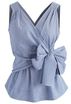 Switch up your professional wear ?and step out in this gingham wrap top. The traditional print gives it a minimalist feel while the self-tie wrap bow keeps it… Blouse Patterns, Blouse Designs, Bow Shirts, Gingham Shirt, Blue Gingham, Gingham Check, Blue Bow, Professional Wear, Unique Fashion