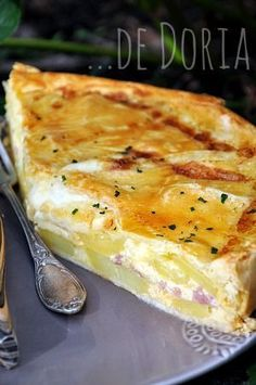 I'd say, potato pie! potatoes in a pie crust with au gratin! Tourte aux pommes de terre, lard fumé et reblochon Crockpot Recipes, Cooking Recipes, Food Porn, Salty Foods, Smoked Bacon, Potato Recipes, Potato Pie, Bacon Potato, No Cook Meals