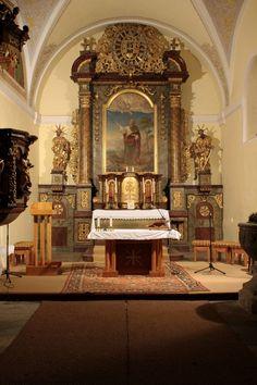 Chrášťany se řadí mezi nejstarší osady bývalého vltavotýnského okresu. Dominantou Chrášťan je barokně přestavěný kostel svatého Bartoloměje, v němž se z původního gotického kostela dochoval portál (nyní na jižní straně kostela). Hlavní oltář a kazatelna pocházejí z počátku 18. století, kamenná křtitelnice je pozdně gotická. Kostel původně obklopoval hřbitov, který byl v roce 1772 přemístěn mimo centrum obce. Poslední rekonstrukce kostela proběhla v letech 1993 – 2003.    Původně raně gotický…