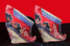 Foot binding in China – Ethnic Jewels Magazine Sock Shoes, Shoe Boots, Oriental Fashion, Ethnic Fashion, China, Chinese Culture, Embroidered Silk, Asian Style, Shoes