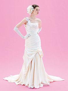流れるしずくを思わせる斜めにきらめくビーディング まろやかな光沢感が大人っぽくゴージャスな一着。胸もとで斜めのラインを描くビーズが、知的な女性らしさを演出。ドレス¥357,000[レンタル料¥285,600]、手袋(2点共 Ar.YUKIKO)、ヘアアクセサリー(ヴィオレッタ)、ピアス(ル・ジェ)