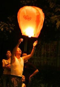 How to Make Flying Paper Lanterns (with Pictures) Flying Paper Lanterns, Floating Lanterns, Sky Lanterns, Prayer Stations, Good Tutorials, Chinese Lanterns, Air Balloon, Balloon Arch, Embroidery Patterns