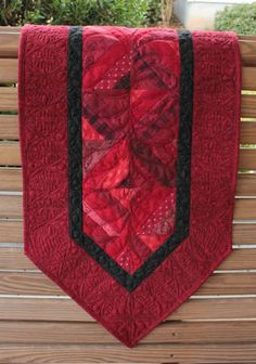 Beautiful table runner       Would love this for Christmas!