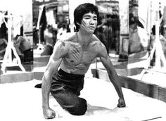 Bruce Lee Art, Bruce Lee Martial Arts, Bruce Lee Photos, Bruce Lee Family, Drawing Body Poses, Martial Arts Techniques, Enter The Dragon, Cute Girl Pic, Martial Artist