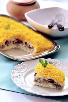 Sałatka mimoza. Sałatka o charakterystycznym i bardzo wyrazistym smaku, podstawowym jej składnikiem jest ryba konserwowa w oleju, może to być tuńczyk, makrela lub łosoś. Pozostałe warstwy to: białko jaja kurzego, ser żółty, sparzona cebula,  zamrożone masło i żółtka. Zestawienie niezwykle oryginalne, pyszne w smaku i efektownie prezentujące się na talerzu. Sałatka ta sprawdza się, jako samodzielne danie np. na kolację, jest też niezastąpiona podczas różnych uroczystości. Appetizer Salads, Appetizers, Good Food, Yummy Food, Polish Recipes, Snacks, Veggies, Food And Drink, Cooking Recipes