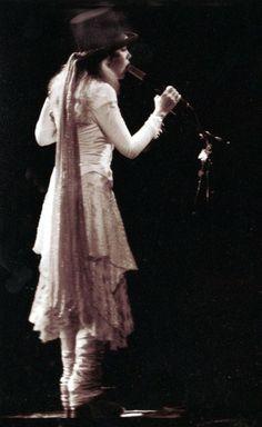 Classic Stevie Nicks, top hat with chiffon scarf, layered white chiffon and bolero jacket, super ruched legwarmers over high, high boots. Lindsey Buckingham, Buckingham Nicks, Godmother Dress, Fairy Godmother, Stephanie Lynn, Stevie Nicks Fleetwood Mac, Gypsy Style, Bohemian Style, My Idol