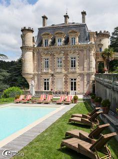 Façade et piscine du Château Clément, demeure privée recevant des hôtes à Vals-les-Bains
