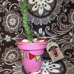 Maceta de barro pequeña decorada con motivos dd banderines. MACETAS GDAY Planter Pots, Mud, Plant Pots, Plants