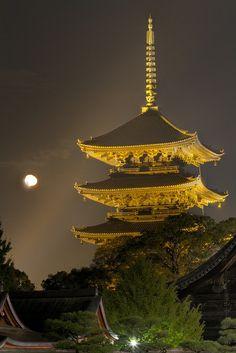 Cinco pisos de pagoda de To-ji con la Luna Japan