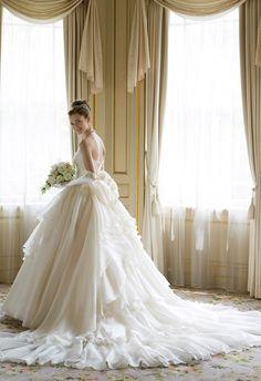 シルクの美しさが際立つドレープが綺麗なウェディングドレス
