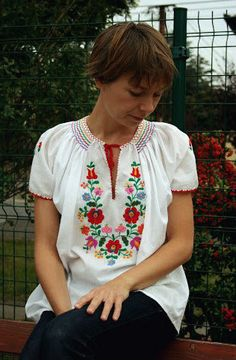 Traditional HUNGARIAN blouse in white cotton with EMBROIDERED floral design, bohemian clothing, peasant blouse, hippie, Hungarian, boho top
