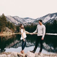 Find a postcard worthy backdrop for the perfect engagement shoot capture! || Photography: @saraursuaphotography