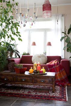 punainen sohva, kynttilät Colours, Couch, Table Decorations, Decay, Interior, Furniture, Home Decor, Homemade Home Decor, Sofa