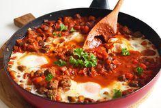 Shakshuka met aubergine en gehaktballen is snel klaar te maken, lekker en gezond. Binnen een klein half uurtje staat het avondeten op tafel! (glutenvrij, ..