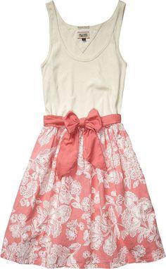 Schönes sommerliches Kleid FEMI von Hilfiger Denim. Das Kleid setzt sich aus einem Top-Oberteil zusammen und einem weiten Rock. Abgerundet wird das Kleid von einer großen Schleife in der Taille. 95% Baumwolle, 5% Elastan...