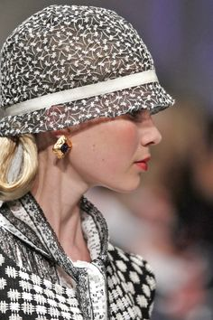 - via: oscarprgirl: - Imgend Sombreros Cloche, Style Work, Fashion Accessories, Hair Accessories, Stylish Hats, Wearing A Hat, Church Hats, Love Hat, Look Vintage
