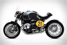 """Nossa paixão desta semana, esta moto personalizada vem novamente da oficina italiana Sbrannetti. Na semana passada, colocamos a sua impressionante BMW R1100GS chamada de """"Buldozzer"""", e depois de bisbilhotar seu portfólio novamente, nos deparamos com esta criação alucinante chamada de """"Spirit of Zeller"""". veja mais imagens aqui: http://bit.ly/1AUGolB"""