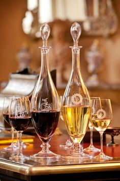 Red and white wine decanters Art Du Vin, Bar Deco, Wine O Clock, Wine Cheese, Wine Time, Wine And Spirits, Wine Cellar, Wine Decanter, Wine Tumblers