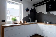 płytki heksagonalne w kuchni Kitchen Room Design, Kitchen Wall Tiles, Kitchen Backsplash, Kitchen Cabinets, Upper Cabinets, Cottage Living, Home Interior Design, Home Kitchens, Kitchen Remodel