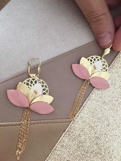 Floral earrings leather jewelry gold, white and Rose, wedding accessory, jewelry witness, color customization Boucles d'oreilles florale Cuir bijou Doré Blanc et Rose Golden Jewelry, Pink Jewelry, Fabric Jewelry, Etsy Jewelry, Jewelry Crafts, Handmade Jewelry, Jewellery, Diy Leather Earrings, Diy Earrings