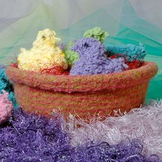 Chicks & Basket free pattern : easy, 6 chicks can be made from one ball