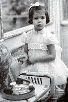 la Princesse Caroline photographiée pour son 3ème anniversaire le 23 janvier 1960