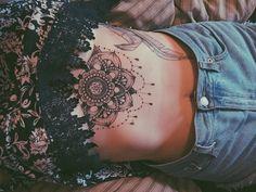 Tatouage, femme, poitrine, mandala, encre noire