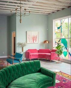 #Top11salascoloridas Misturar verde bandeira, pink e azul turquesa na decoração funciona? Com a estratégia correta, sim, como comprova essa sala, que reúne sofá verde de veludo com proporções generosas, um outro pink e, por fim, uma poltrona azul.  Leia mais sobre esse ambiente e veja nossa lista completa de salas coloridas hoje, no site (link na bio) #casavogue #decoração