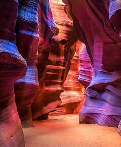 """1. Antelope Canyon, Arizona Inondées régulièrement,  ces étranges gorges de grès se sont formées au fil des siècles. Les indiens la nomme Navajo, ce qui signifie """"le lieu où l'eau coule à travers la roche"""""""