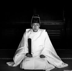 Shinto priests perform Shinto rituals and often live on the shrine grounds. Men and women can become priests, and they are allowed to marry and have children.