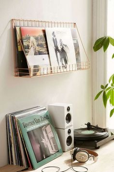 Making a uni dorm room your own is important, especially if you live far from home. Jazz up your uni dorm room with these 10 cute accessories. Vinyl Shelf, Vinyl Storage, Lp Storage, Storage Ideas, Retro Room, Vintage Room, Bedroom Vintage, Room Ideas Bedroom, Bedroom Inspo