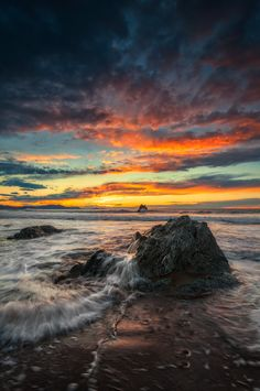 Rocas, Mar, Fuego y Olas  ) Amazing Sunsets, Beautiful Sunset, Amazing Nature, Colorful Clouds, Sky And Clouds, Nature Pictures, Cool Pictures, Beautiful Pictures, Water Photography