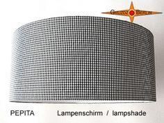Ein besonders schöner Lampenschirm im klassischen Schwarz-Weiss Design: PEPITA ist immer schön und kommt bestimmt nie aus der Mode.