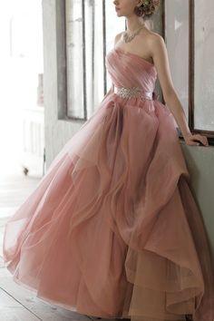 ストラップレス ピンク サッシ リボン フリル スウィープ オーガンザ ボールガウン カラードレス Cly0018
