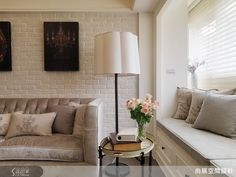 獨家訂製的沙發採用光澤絨布材料,在白色文化石牆的樸實映襯下,展現出內斂低調的高雅質感。