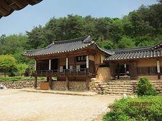 Hanok (Korean old house), South Korea Traditional Japanese House, Korean Traditional, Beautiful Architecture, Art And Architecture, Pagoda Temple, Asian Design, Hanfu, Rooftop, South Korea
