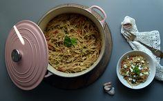 One pot pasta med spinat, feta, tomat og porre