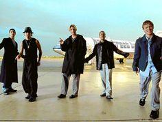 1. As boybands Em 1993, surgia a boyband Backstreet Boys, cinco adolescentes lindos que dançavam e cantavam músicas de amor, com um som pop que grudava na cabeça! Foi o suficiente para virar febre lançar a moda das boybandas, influenciando grupos como N'Sync (oi, Timberlake!) e Five! Recentemente, a febre voltou! One Direction e The Wanted conquistaram nosso coração! Até os Backstreet Boys voltaram (e estavam em turnê com a Avril Lavigne)!